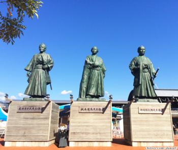 高知駅にある巨大偉人像とさるのダニエル