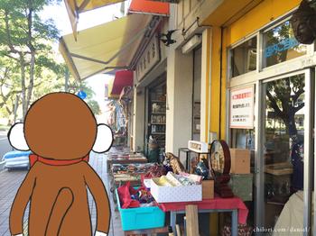 高知城前の金物屋さん通りをダニエルが歩く