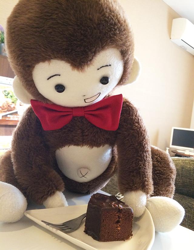 赤ちゃんの家でケーキをごちそうになるさるのダニエル