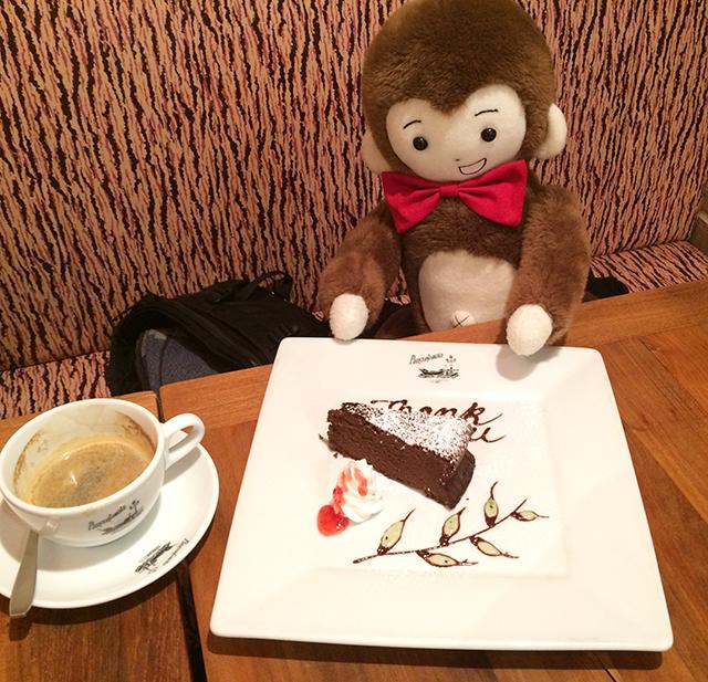 日枝神社に初詣に行く前に、パンコントマテでガトーショコラをいただくさるのダニエル