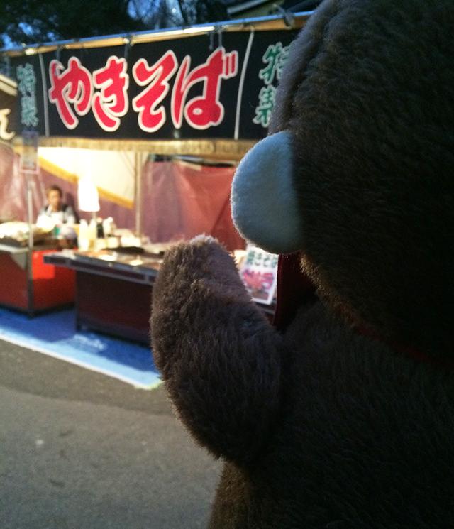 日枝神社に初詣に行くさるのダニエル 屋台の誘惑に打ち勝つ