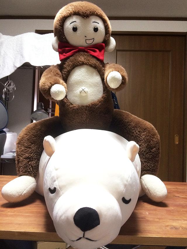 だらっとしたシロクマの上に乗るさるのダニエル【Trick by daniel】