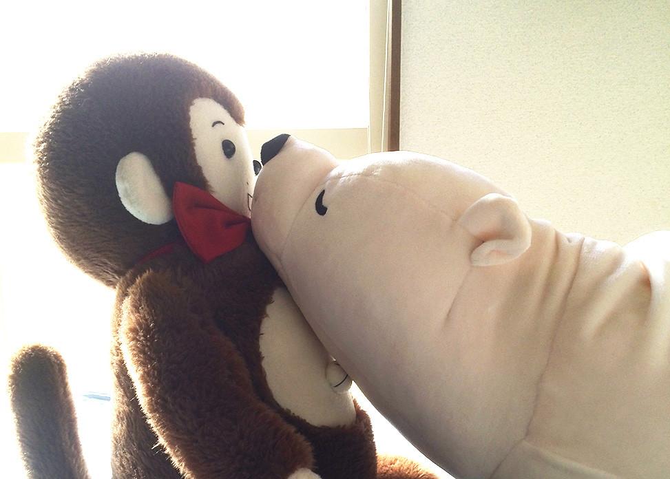 だらっとしたシロクマに口づけをせがまれるさるのダニエル【Trick by daniel】